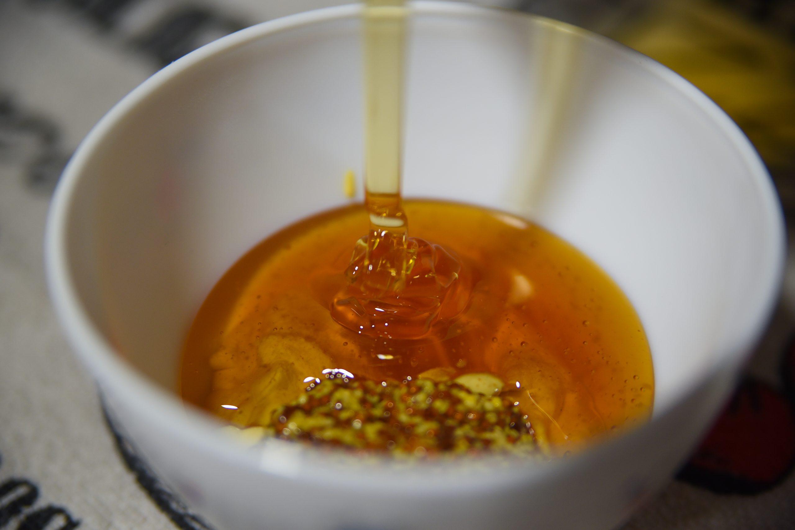 Añadiendo miel.
