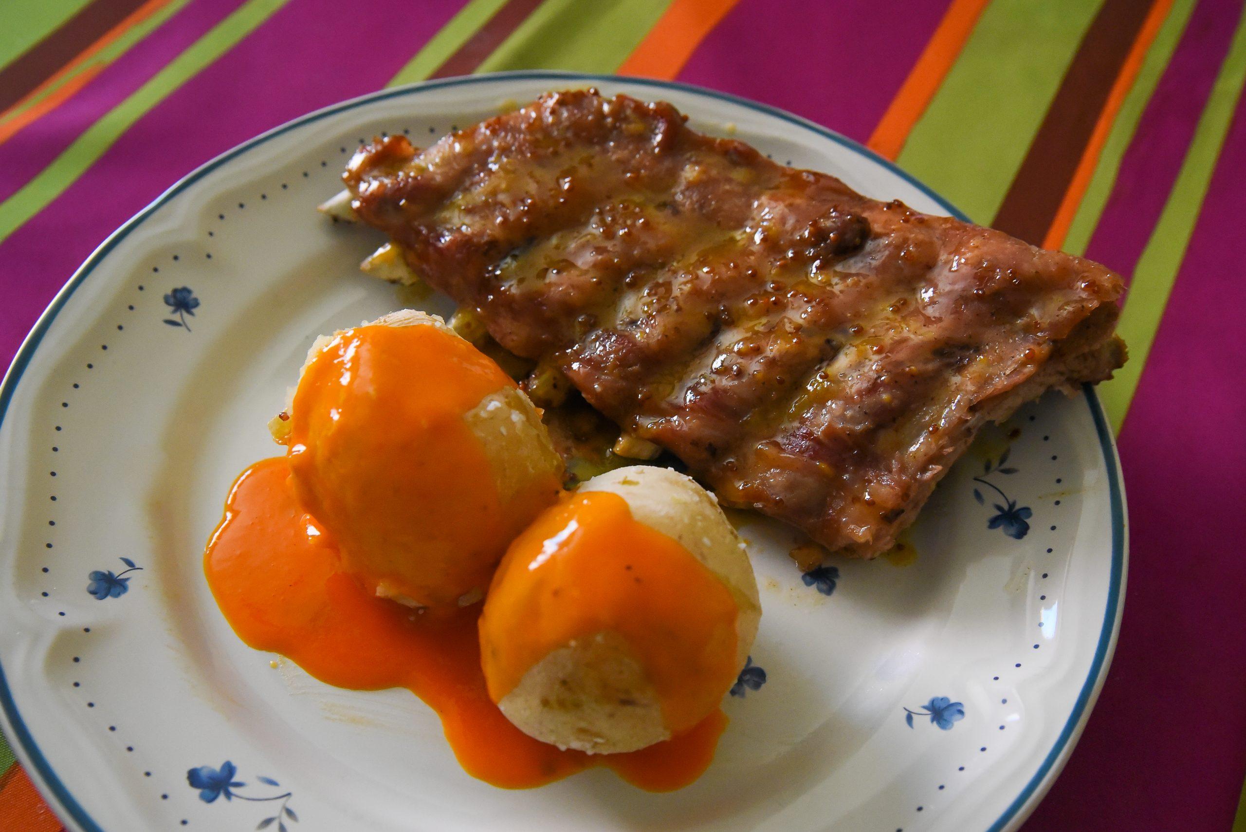 Costillas con miel y mostaza y papas con mojo rojo.