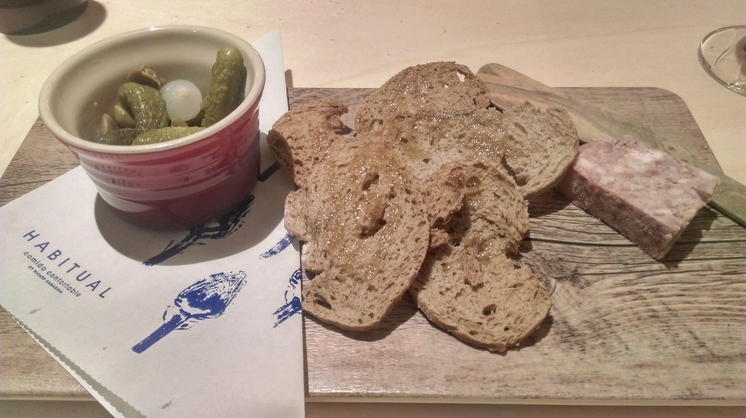 Paté de campaña a la manera tradicional con pan de centeno y encurtidos.