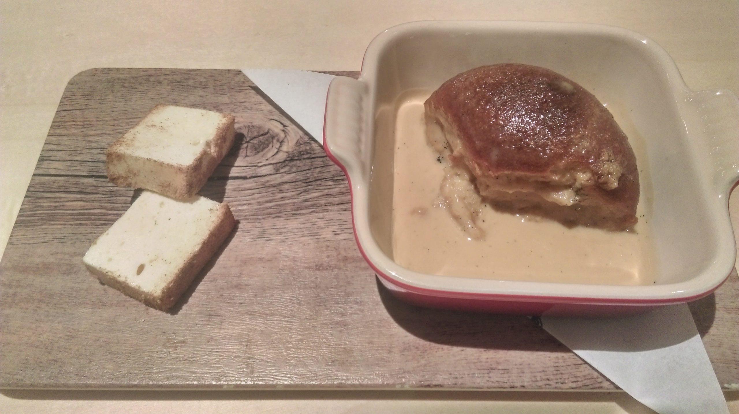 Brioche asado y empapado con biscuit glacé de leche merengada.