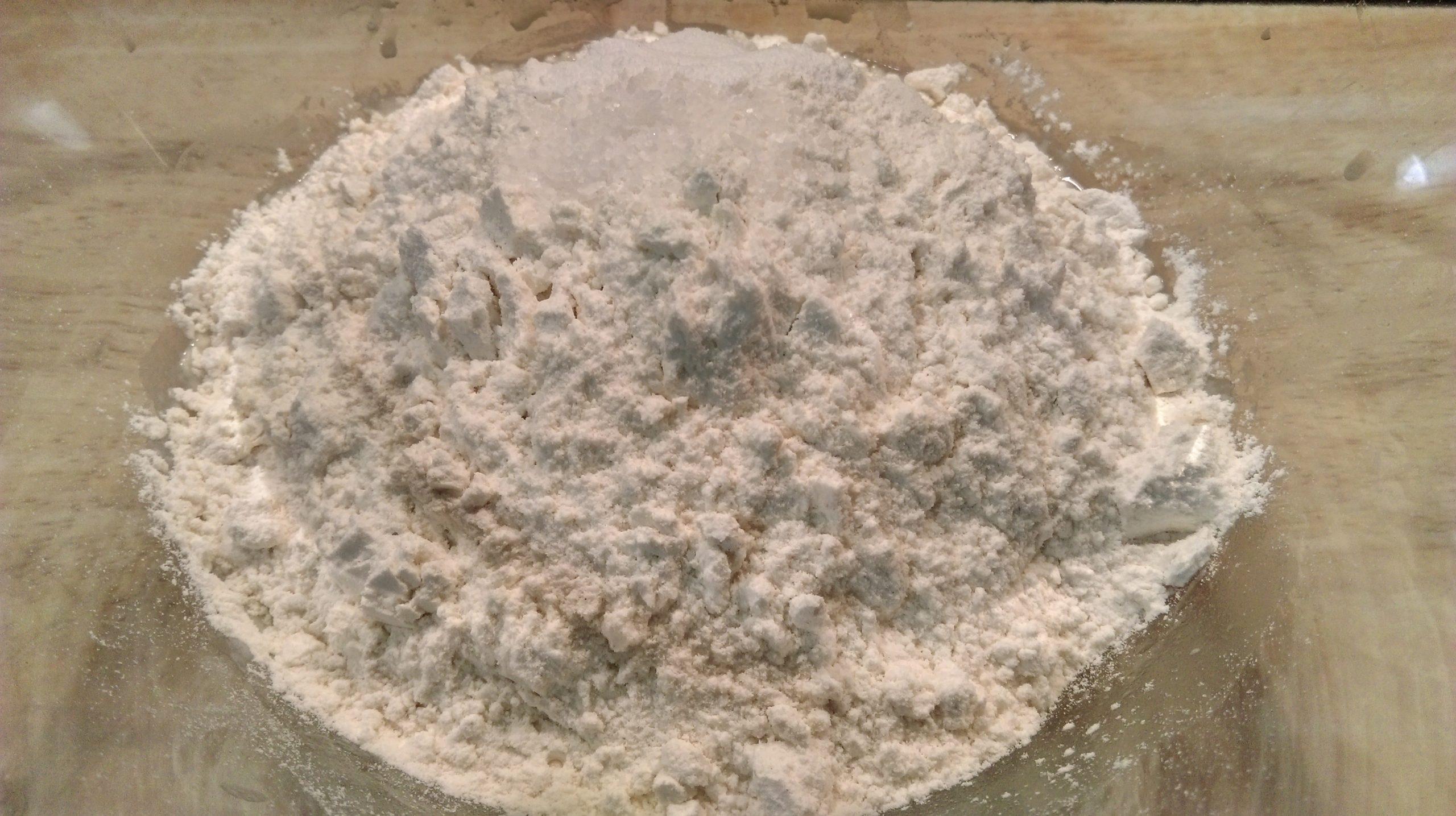Levadura en polvo, harina y sal.