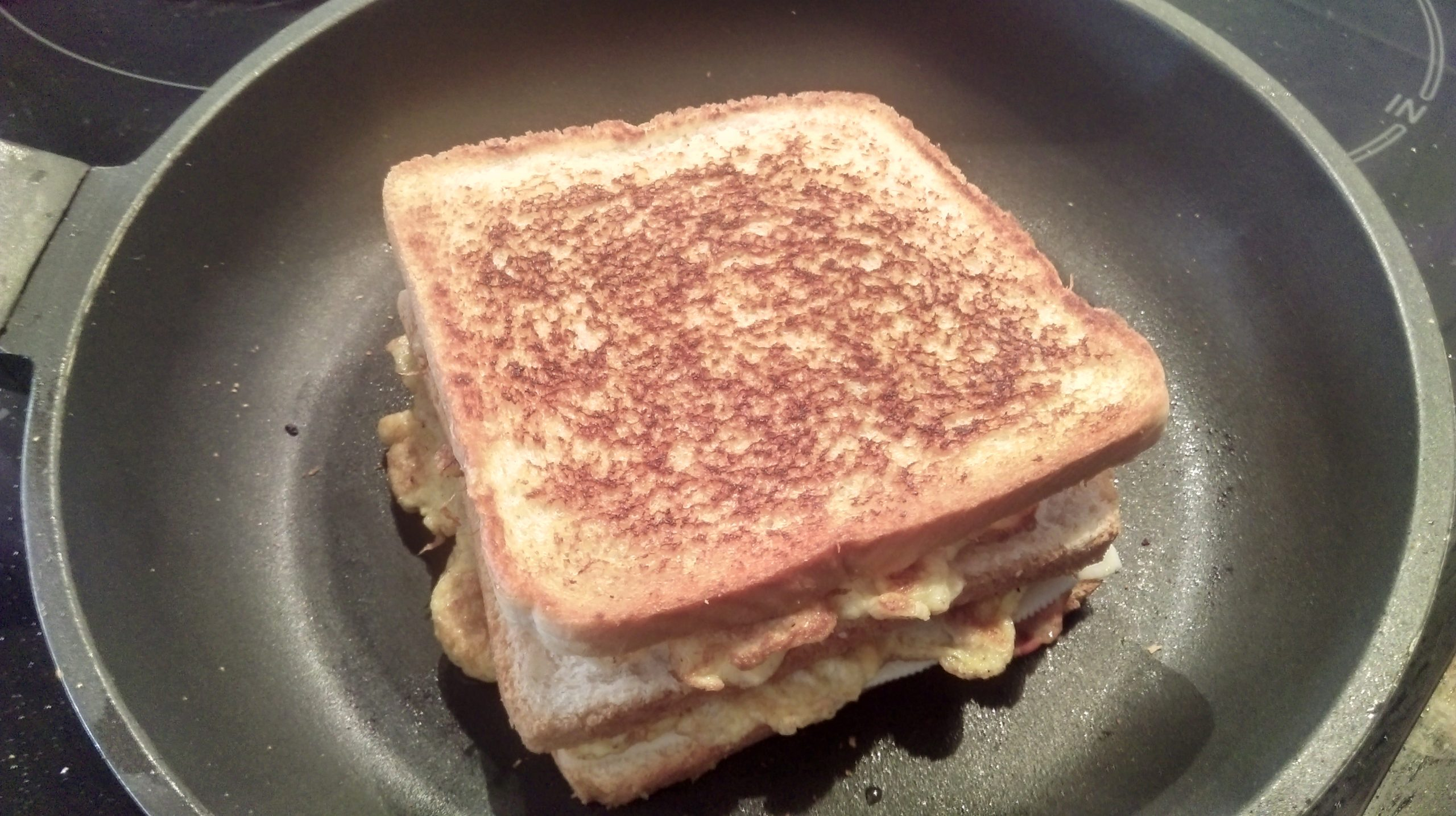 Terminando de tostar el sandwich.