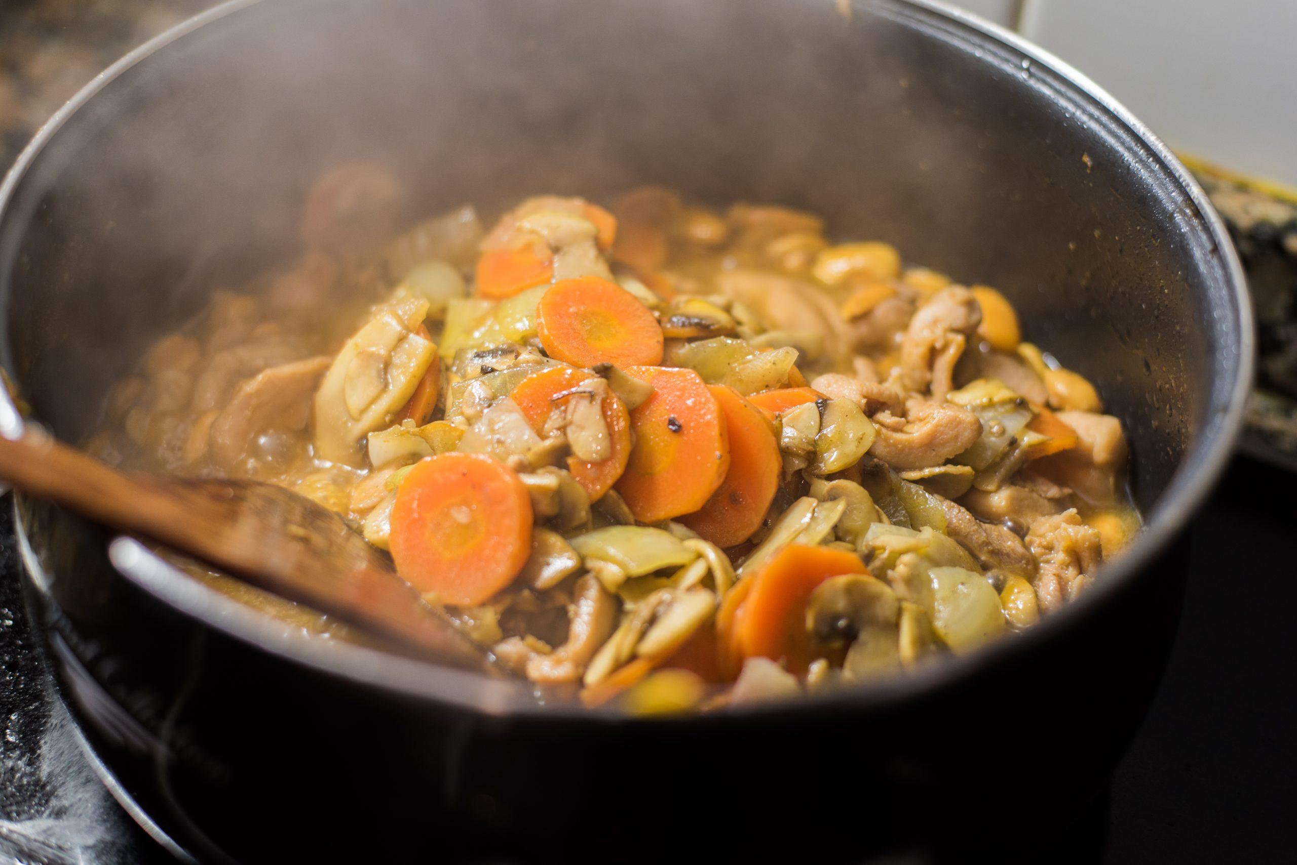 Añadiendo las verduras reservadas.