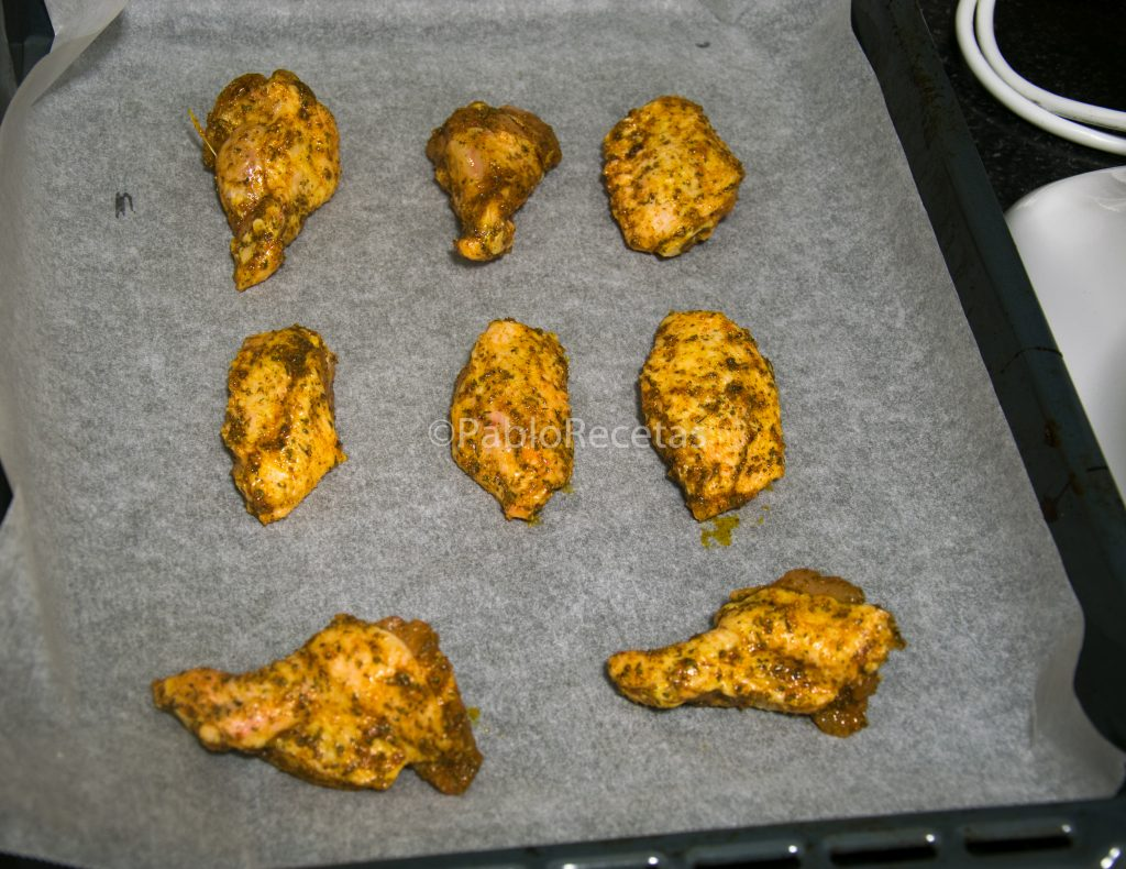 Alitas de pollo a punto de entrar al horno.