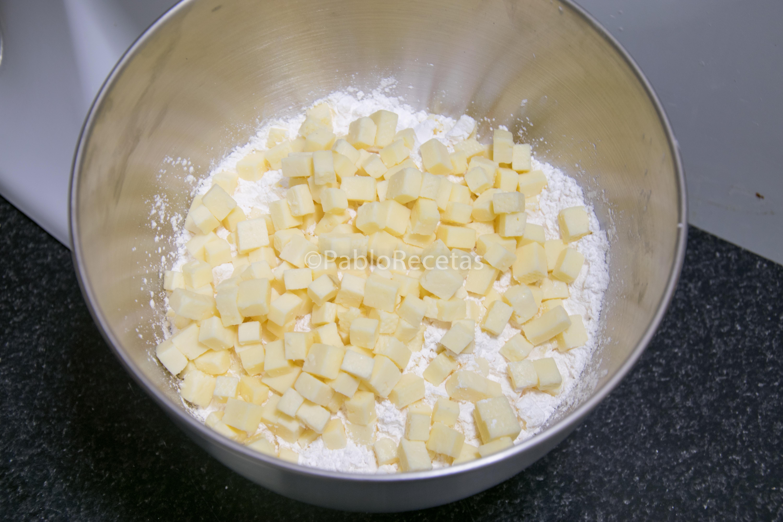 Mezclando queso y almidón.
