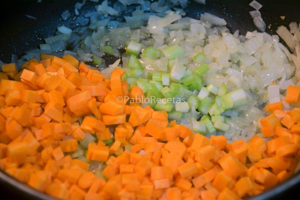 Añadiendo zanahoria y apio.
