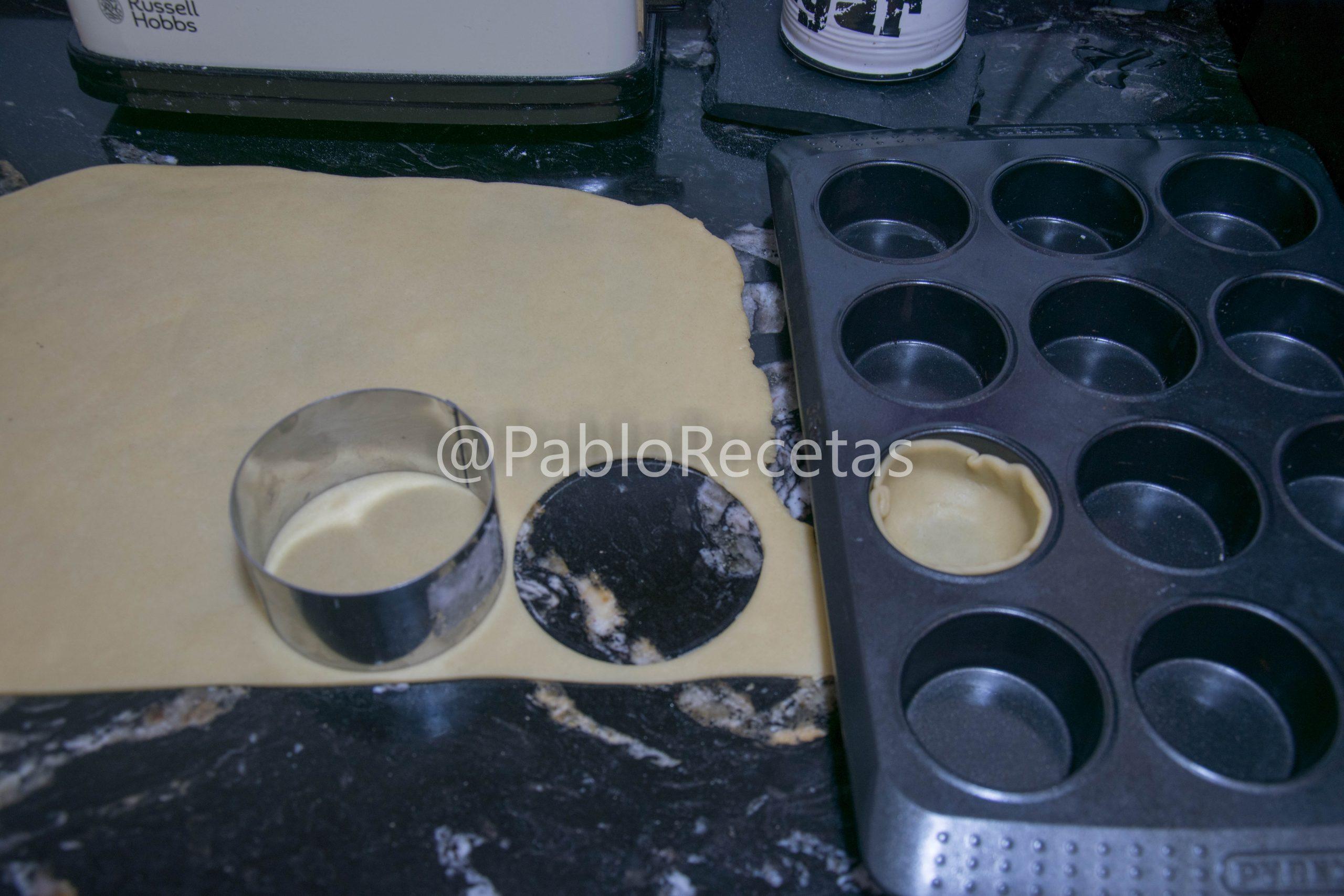Masa estirada y cortando piezas para las tartaletas.
