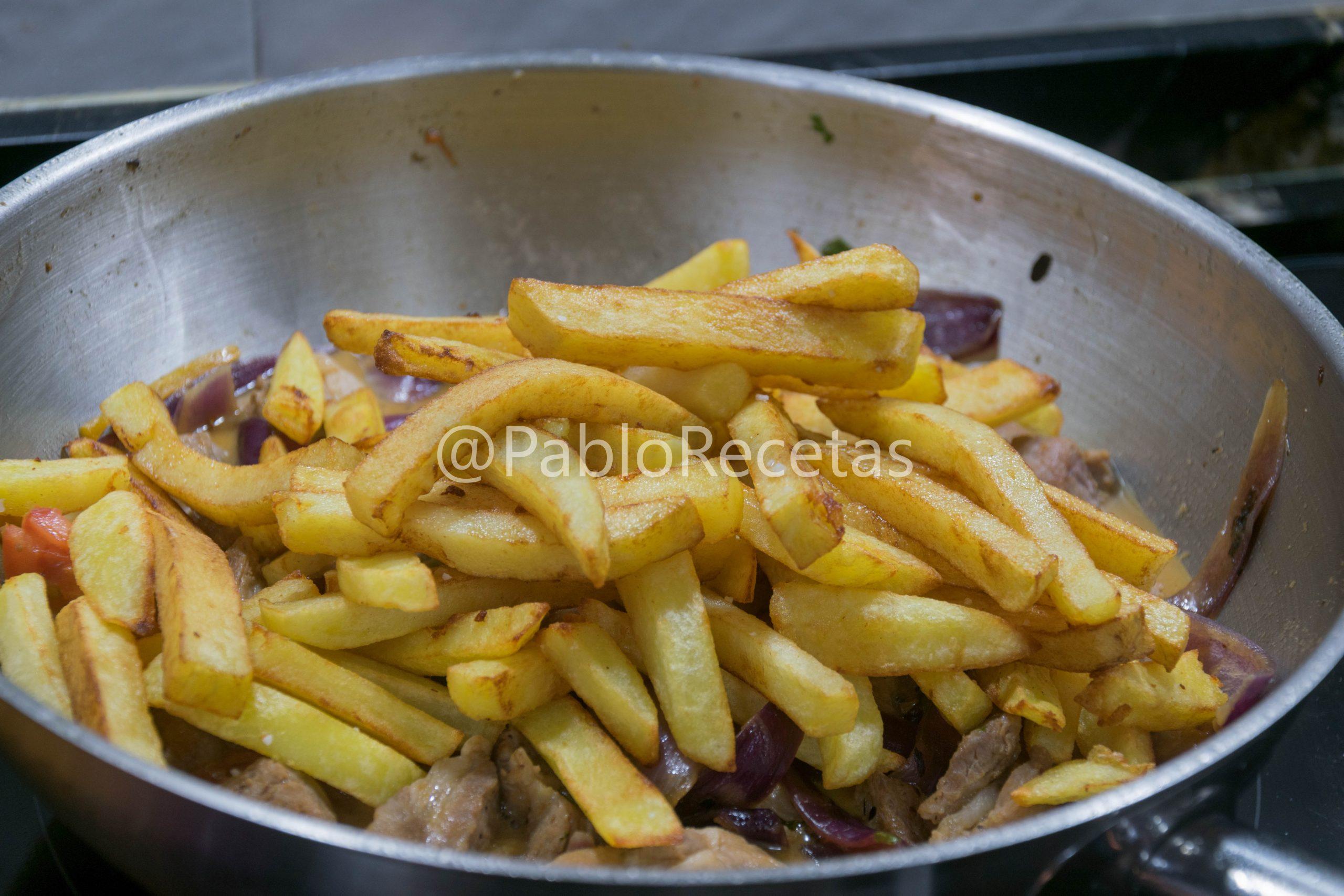 Añadiendo las patatas.