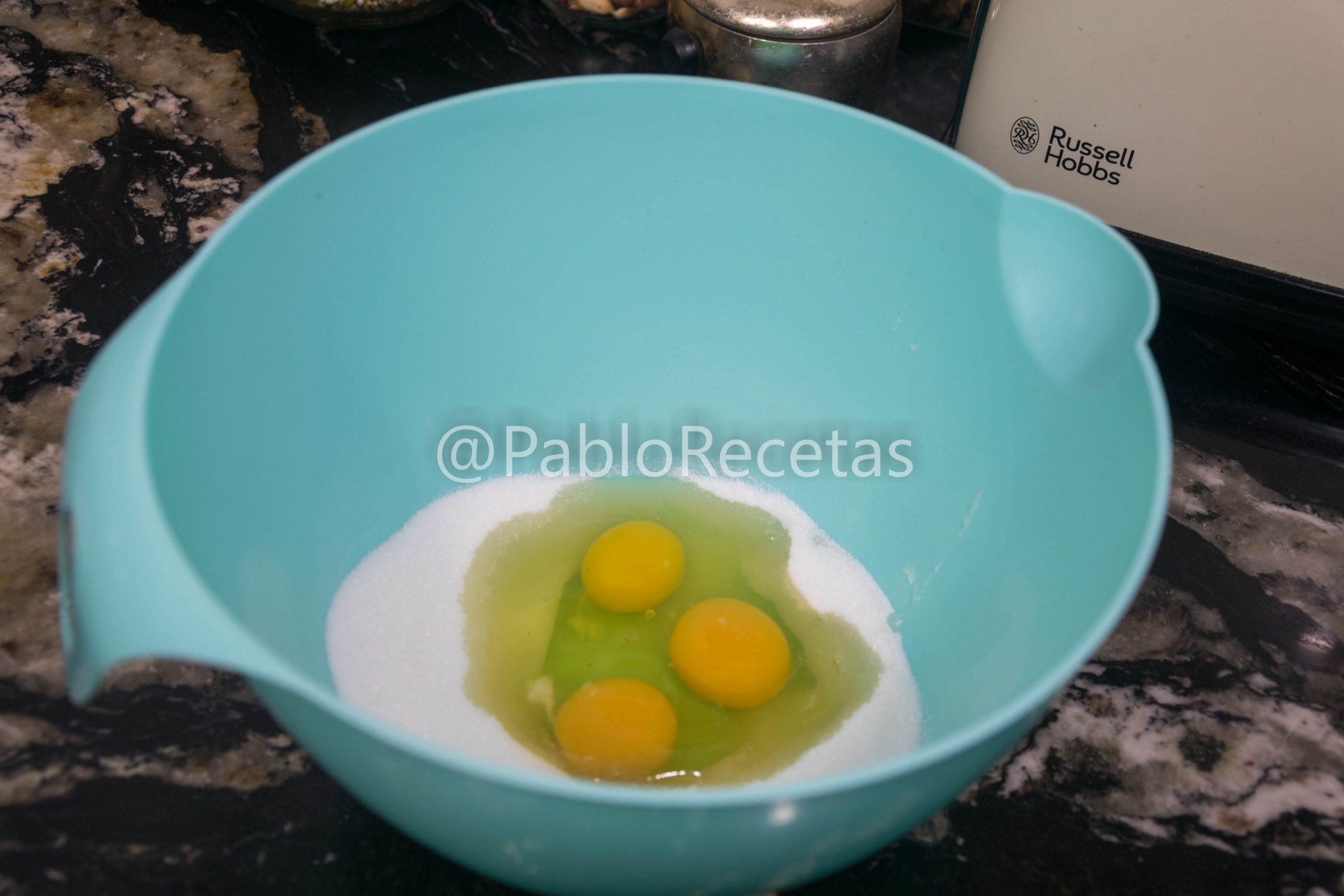 Montando huevos y azúcar.