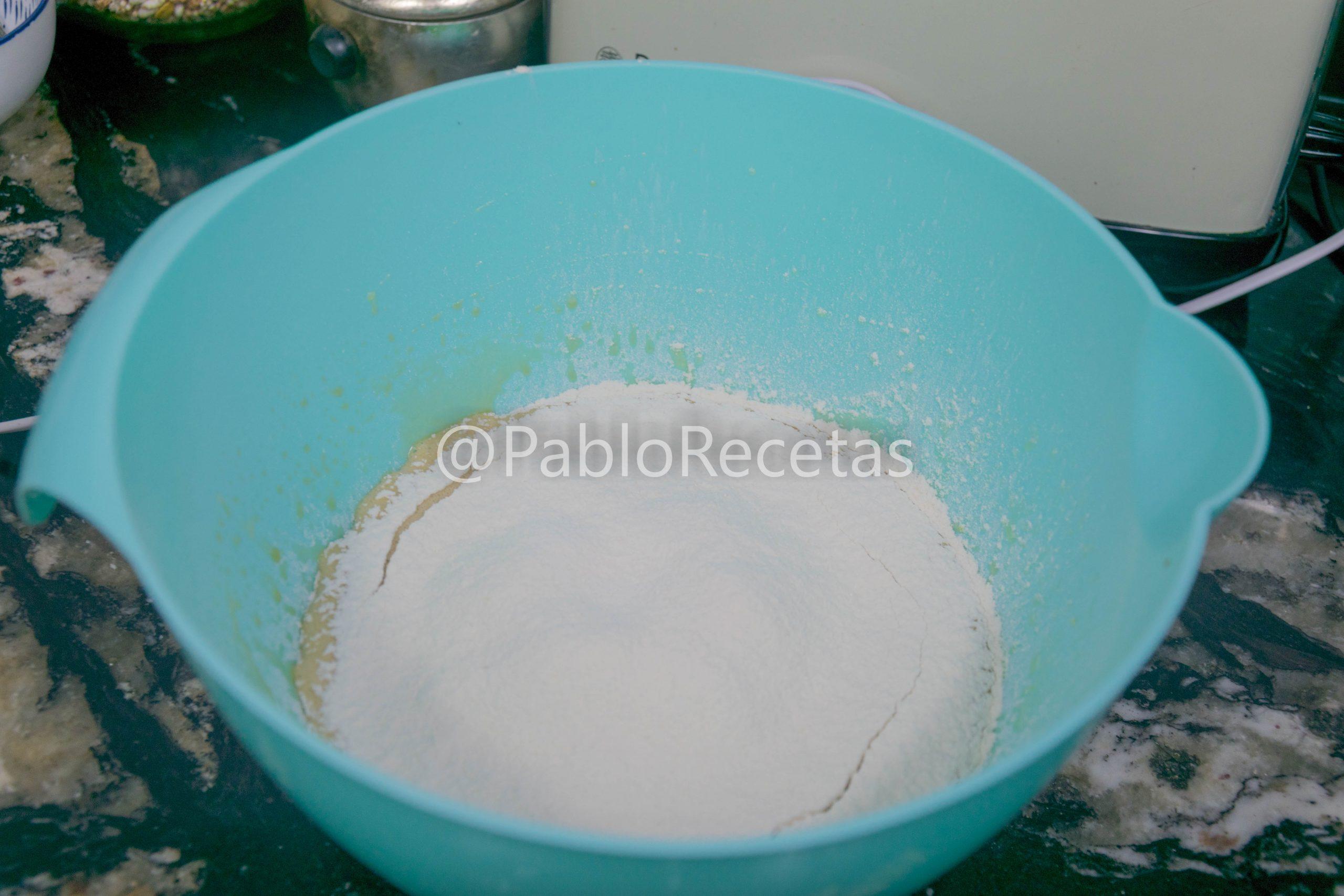 Añadiendo harina tamizada.