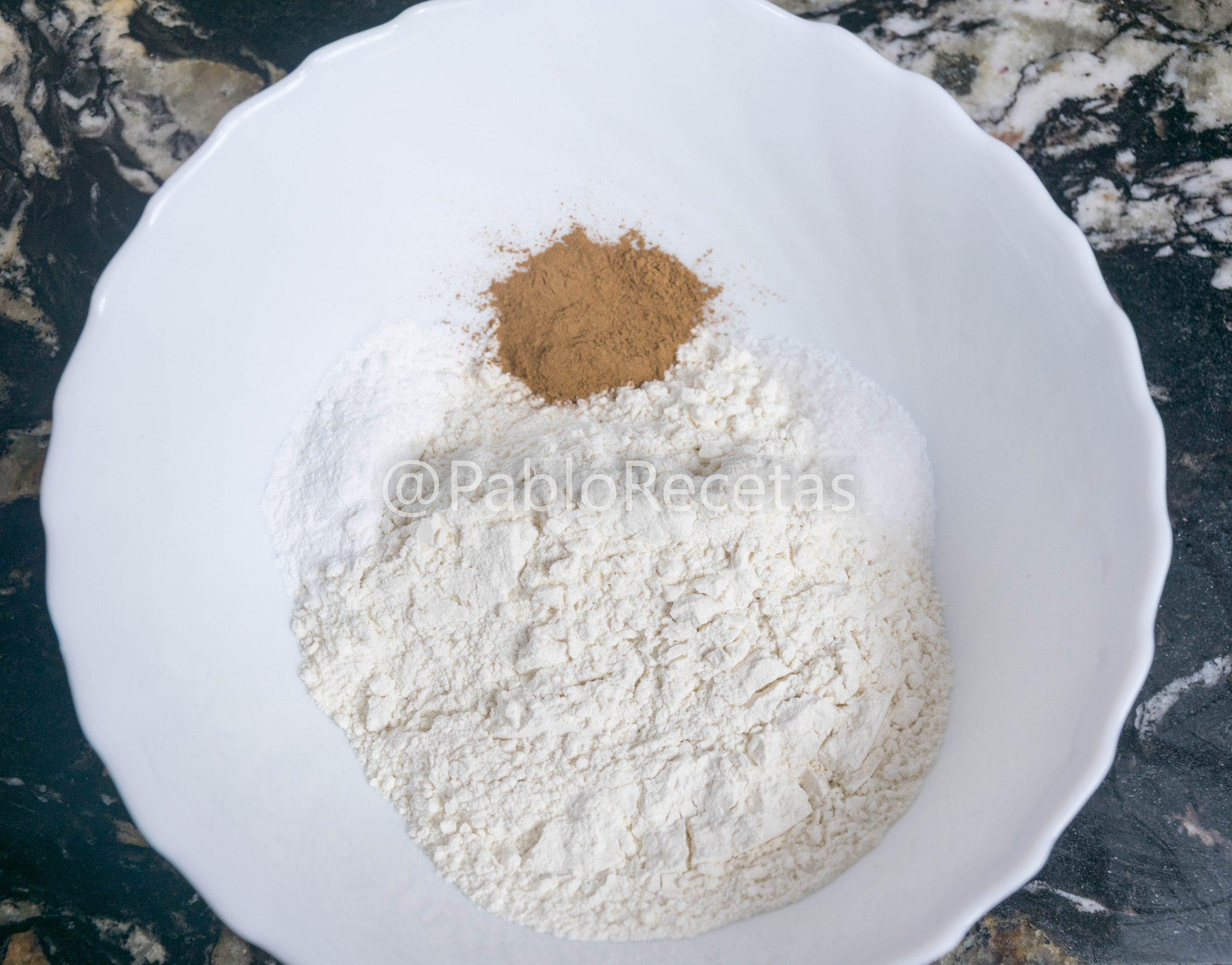 Mezclando ingredientes secos.