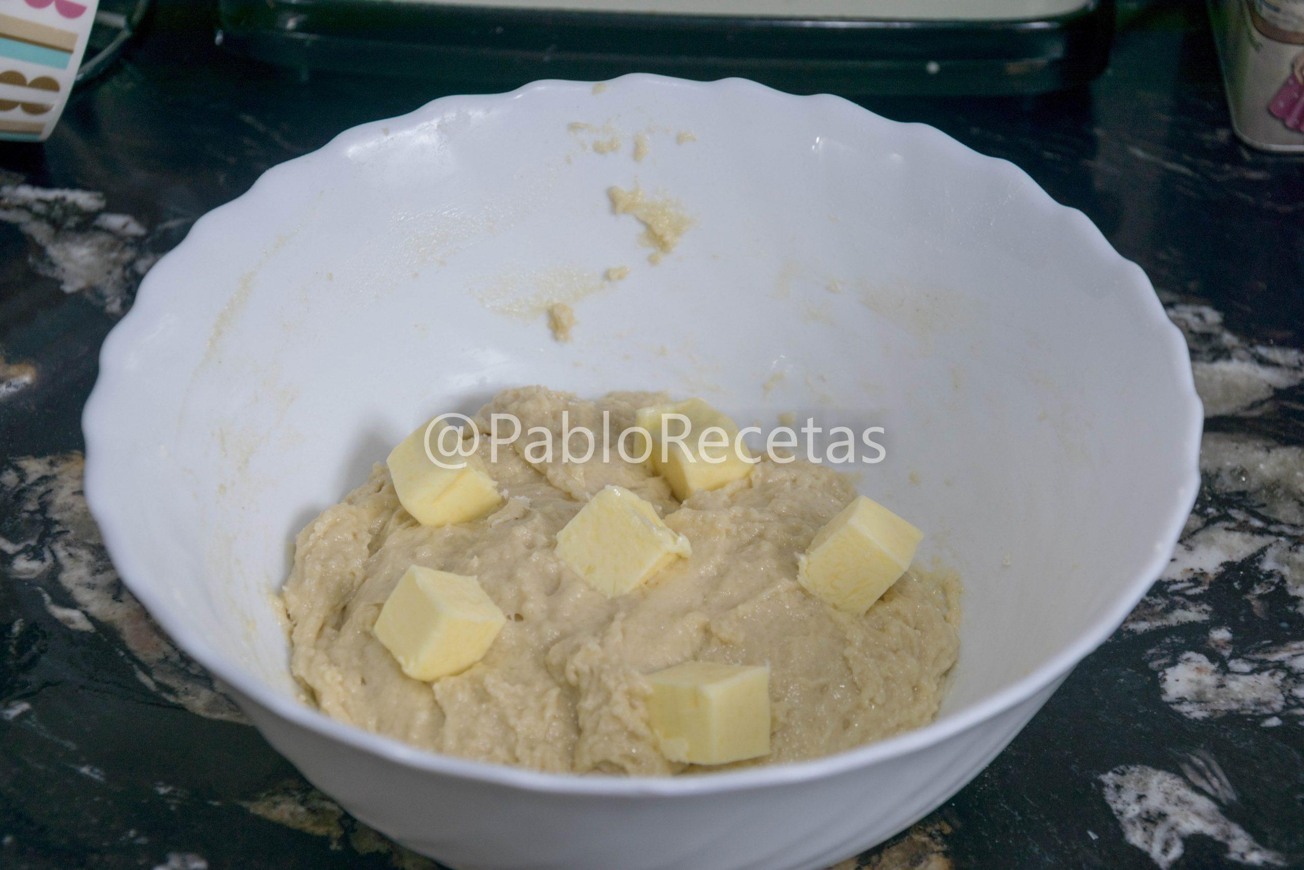 Añadiendo la mantequilla.