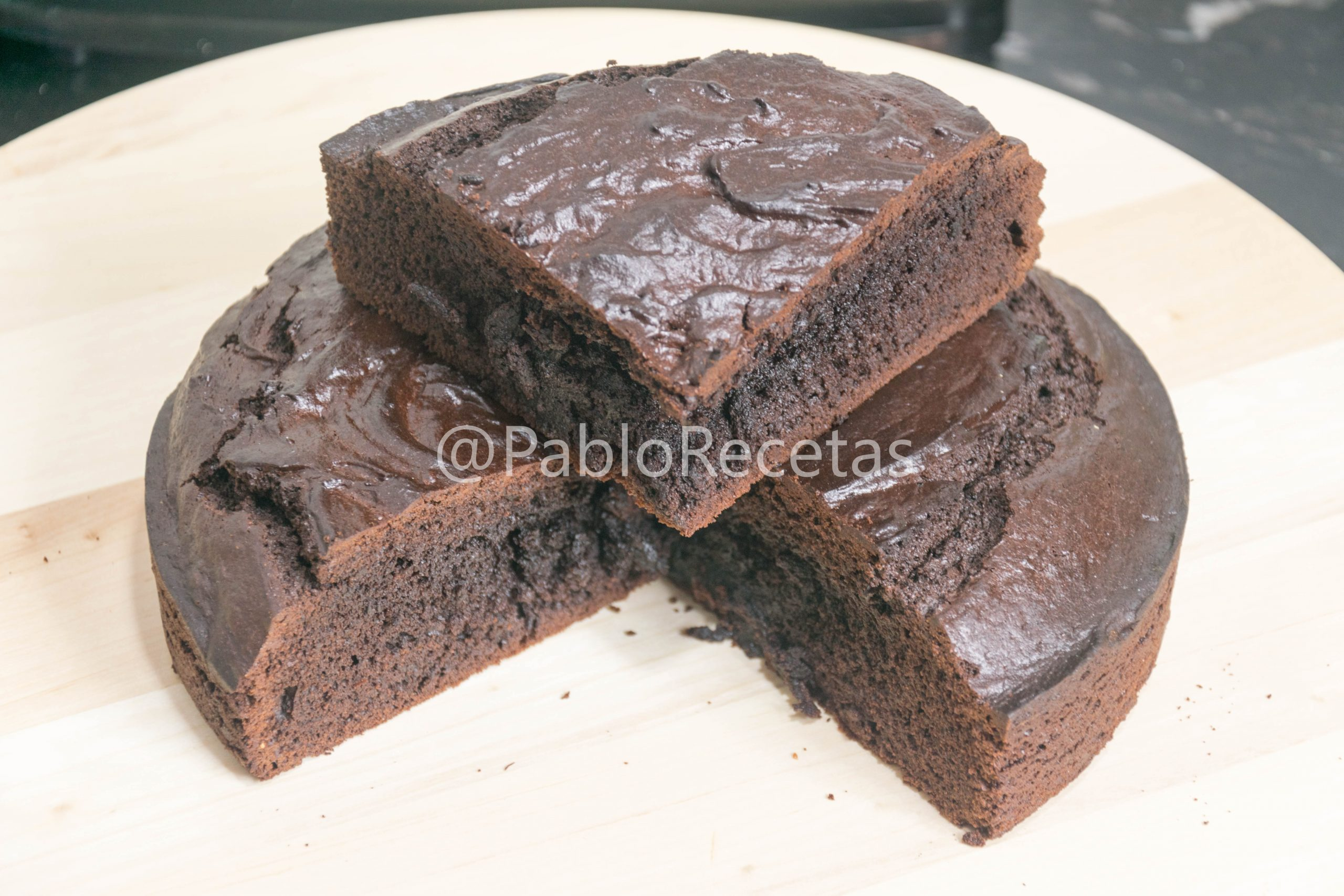 Tarta húmeda de chocolate.